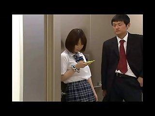 日本鬼子堵在电梯门