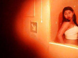 CHICAS DE LA NOCHE 8:CHOLITA PROVANDOSE SU MINI REAL SPY