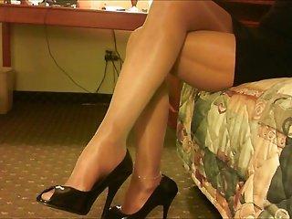 闪亮裤袜的双腿