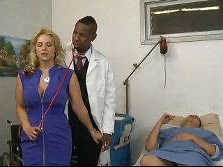 莎拉Vandella去看医生作检查上