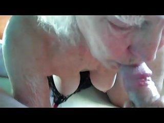 Oma saugt pennis einen Mann