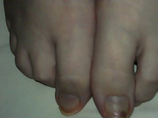 Cumming on her dirty toes