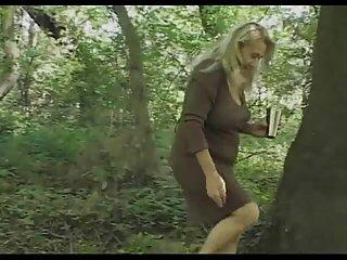 Chunky mamie et chatte poilue baise dans les bois