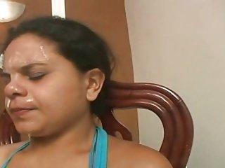 愚蠢的奴隶吃的4个女孩吐了,鼻涕和屁股