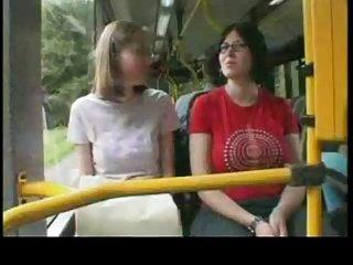 Nette Fahrt im öffentlichen Bus