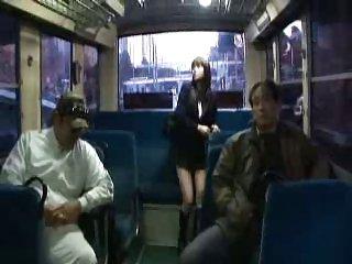 日本女孩钢棒在公车车厢