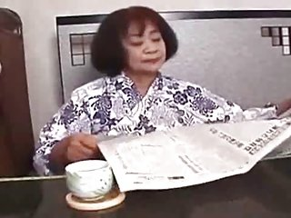 六十岁亚洲让年轻的男子手指她的抓举