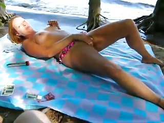 裸体海滩 - 成熟的金发Mastubation
