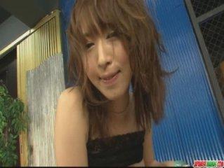 Petite Sayaka Tsuzi obtient sa chatte poilue jouait