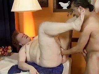 Fat Granny Fick am Küchentisch