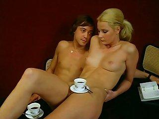 别做梦了,就问她喝杯咖啡!