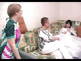 角质熟女妈妈不加入她的儿子和他的未婚妻