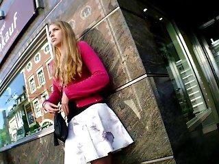 热女孩掀裙漂亮的衣服腿在巴士站