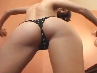 BEAUTIFUL GIRL SHOWS PEACHY BOOTY