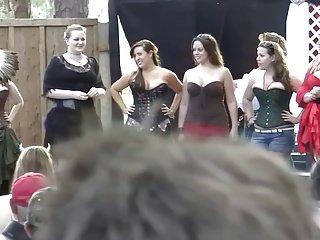 九个弯曲的女孩在比赛