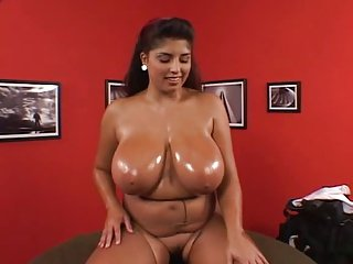 Strip Poker - Busty Kerry Voluptuous Scene3 (Extrait)