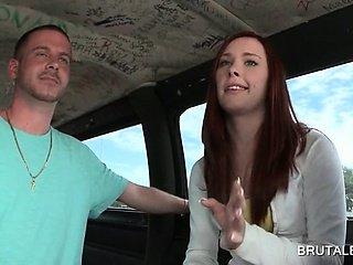 青少年荡妇越来越聊到具有在公交车上做爱