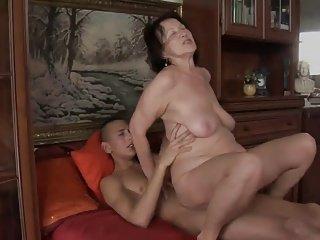丑老太与松弛身体和非常下垂的乳房!