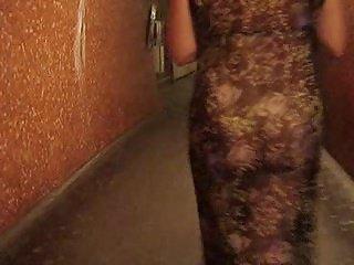 exhibe nue sous une robe transparente(2)