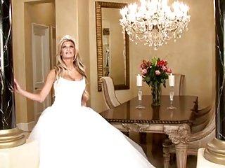 新娘在美丽的婚纱礼服蔓延腿