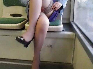 女孩检查长筒袜和吊在一辆公共汽车