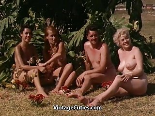 Nackte Mädchen, die Spaß an einem FKK-Resort (1960er Jahrgang)