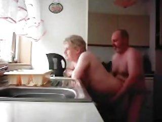 奶奶和爷爷在厨房里